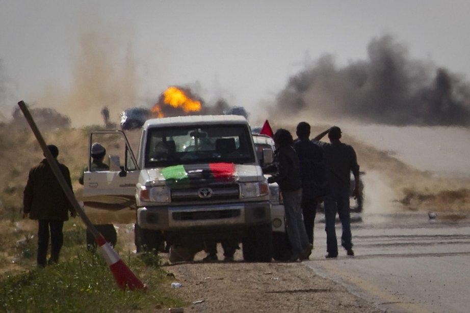 Des insurgés reculent devant l'attaque lancée par les... (Photo: AP)