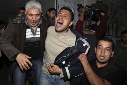 Un homme est inconsolable à la sortie de... (Photo: Reuters)