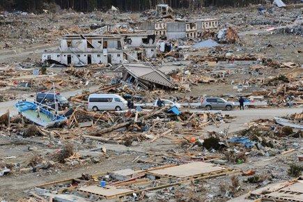 Le séisme et le tsunami du 11 mars... (Photo: AP)