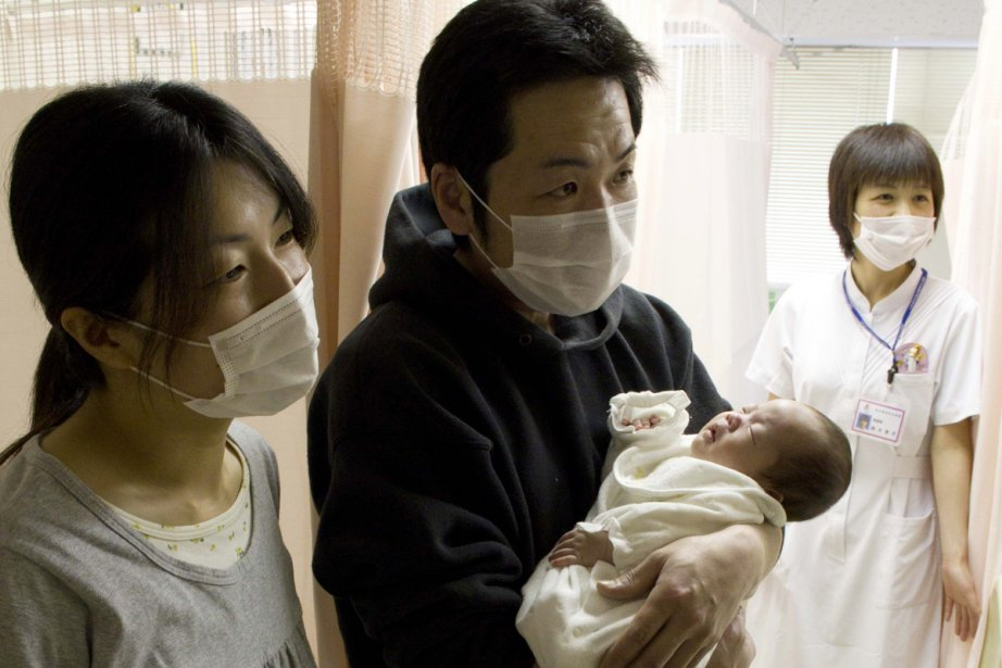 Hiroyuki berce son bébé à l'hôpital Kyoritsu, à... (Photo: Martin Leblanc)