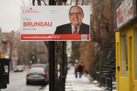 Les pancartes à l'effigie du candidat libéral Mark... (Photo: Martin Chamberland, La Presse)
