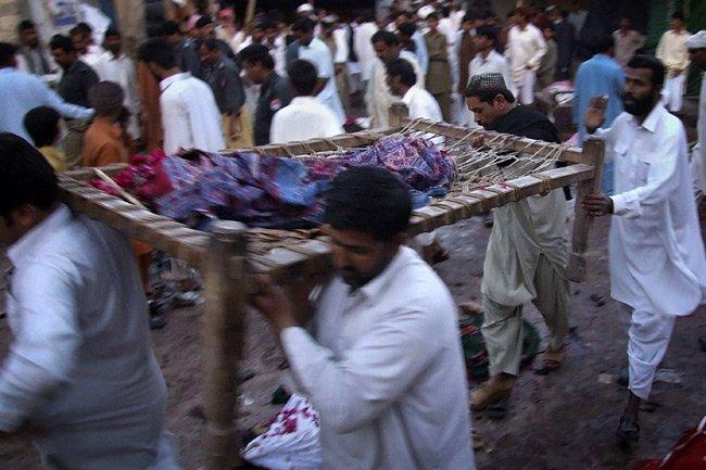 Des Pakistanais transportent le corps de victimes de... (Photo: Reuters)
