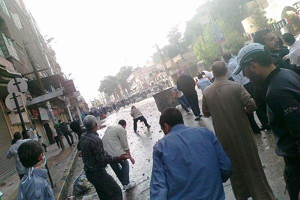 Des manifestants affrontent les forces policières en Syrie,... (Photo: Reuters)