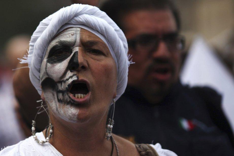 Maquillée pour la circonstance, cette femme de Mexico... (Photo: Reuters)