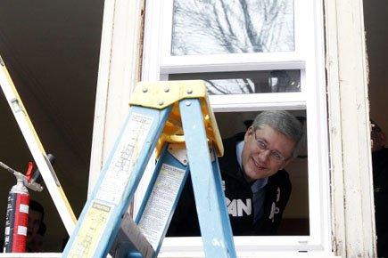 Stephen Harper a aidé à installer une fenêtre... (Photo: Reuters)