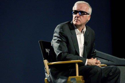 James Cameron regarde un extrait sur une télévision... (Photo: AP)
