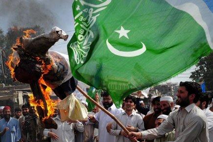 Un activiste fondamentaliste pakistanais brûle une effigie du... (Photo: AFP)
