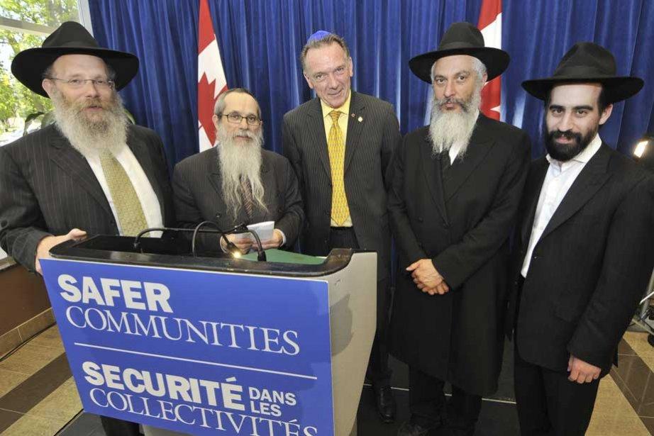 Le ministre conservateur Peter Kent en compagnie de... (Photo archives Marketwire)