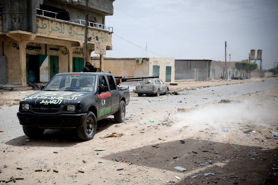Des rebelles patrouillent à Misrata.... (Photo: Reuters)