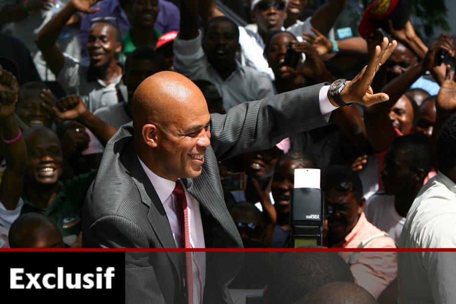 Le président Michel Martelly salue ses supporters à... (Photo: AFP)