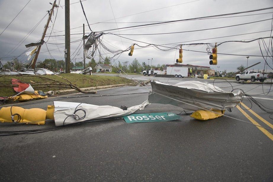Les rafales de vent violent ont décroché des panneaux de circulation des rues de Sanford, en Caroline du Nord. (Photo: AP)