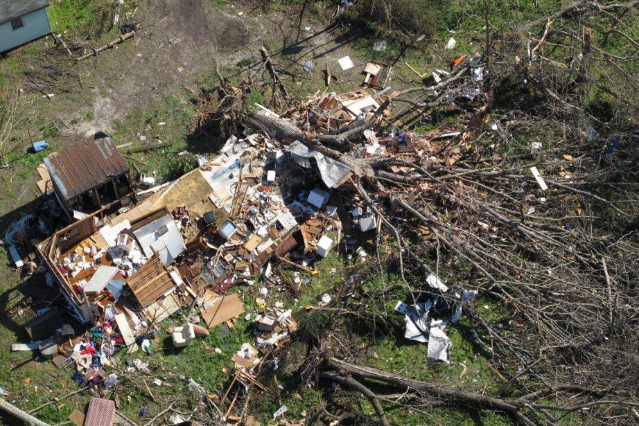 À travers toute la Caroline du Nord, la tempête a déraciné des arbres, couché des poteaux électriques, arraché des toits de maisons ou encore jeté des tracteurs sur les autoroutes. ()