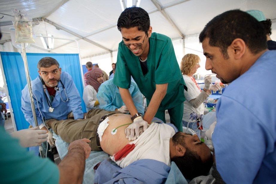 Une équipe médicale tente de réanimer un homme... (Photo: AFP)