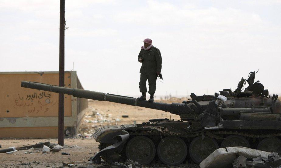 Un rebelle libyen se tient en équilibre sur... (PHOTO: MARWAN NAAMANI, AFP)
