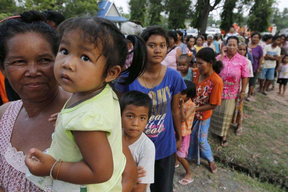 Des réfugiés thaïlandais attendent en ligne pour de... (Photo: Sukree Sukplang, Reuters)