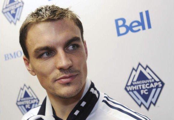 Le défenseur québécois Alain Rochat porte les couleurs... (photo journal The Province)