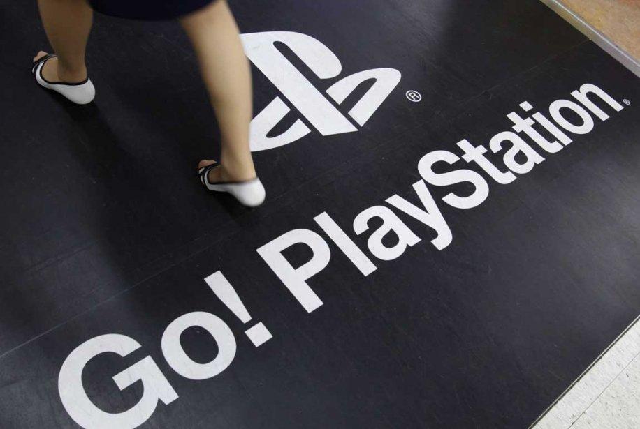 Une femme marche sur une publicité de la... (Photo: Reuters)