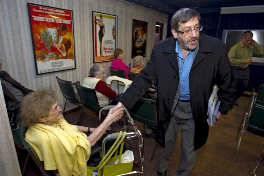 Saulie Zajdel, alors qu'il rencontrait hier des personnes... (Photo Alain Roberge, La Presse)