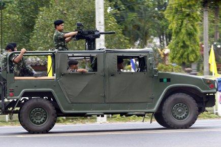 Un véhicule militaire muni d'un lance-grenade lors d'affrontements... (Photo AP)