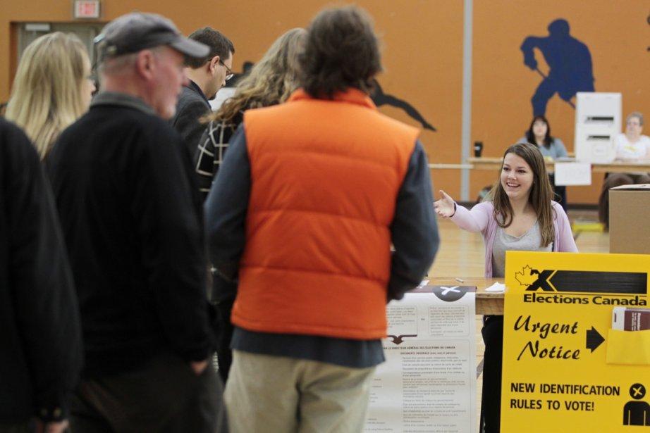 Des électeurs font la file dans un bureau... (Photo: PC)