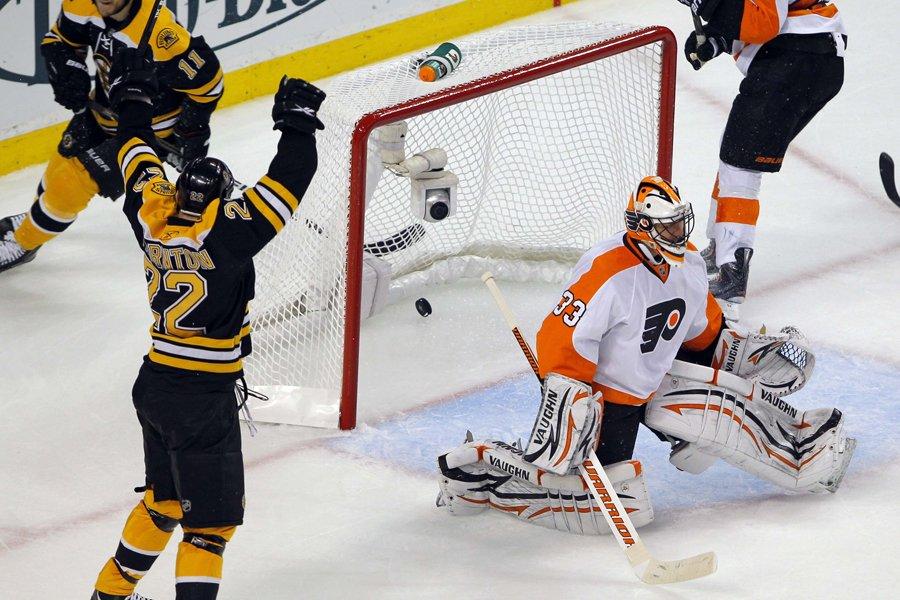 Le gardien des Flyers Brian Boucher a mal... (Photo: Reuters)