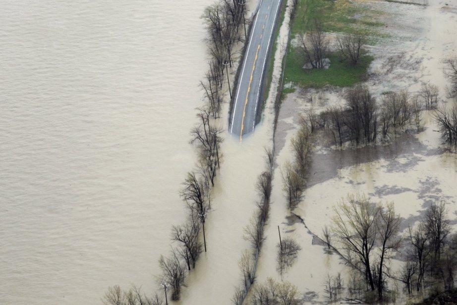 La route 223 est fermée à la circulation... (Photo: Bernard Brault, La Presse)