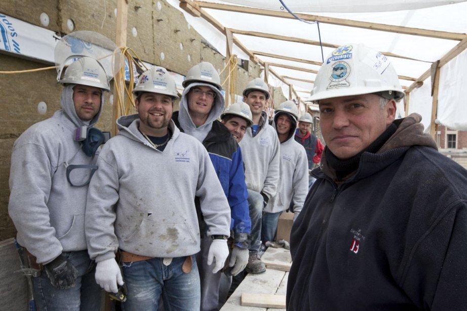 Mario Leblanc (à droite) et des hommes sous... (Photo: Olivier Pontbriand, collaboration spéciale)