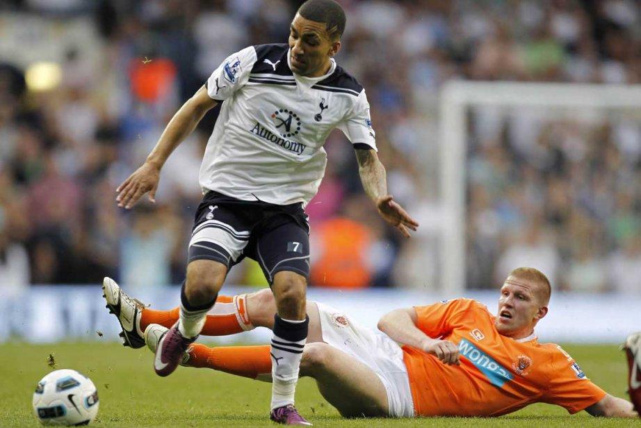 Aaron Lennon (Tottenham) tente de se défaire de... (Photo AFP)