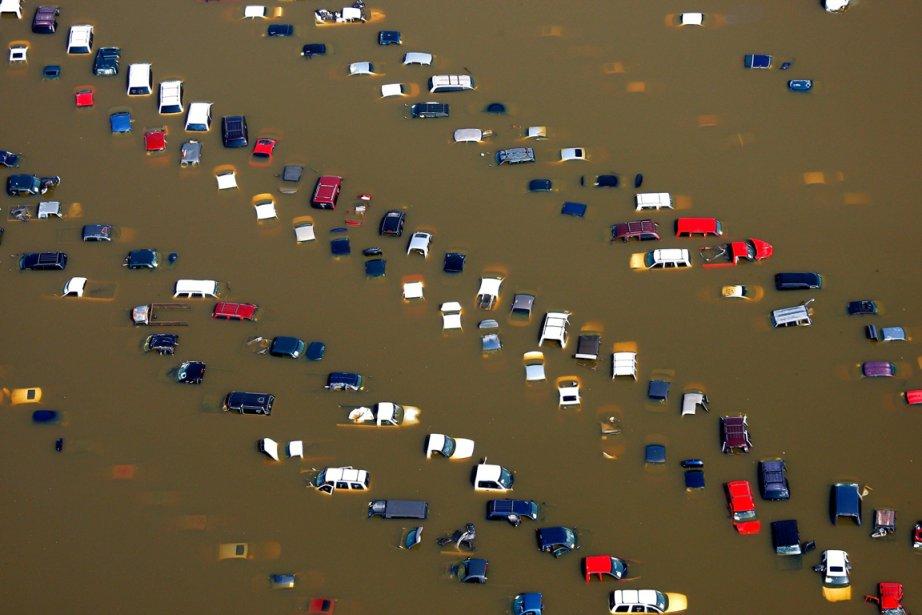 Des dizaines de voitures ont été submergées dans...