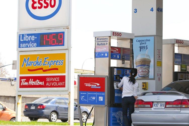 Le prix de l'essence augmente, malgré la baisse... (Photo: Alain Roberge, La Presse)