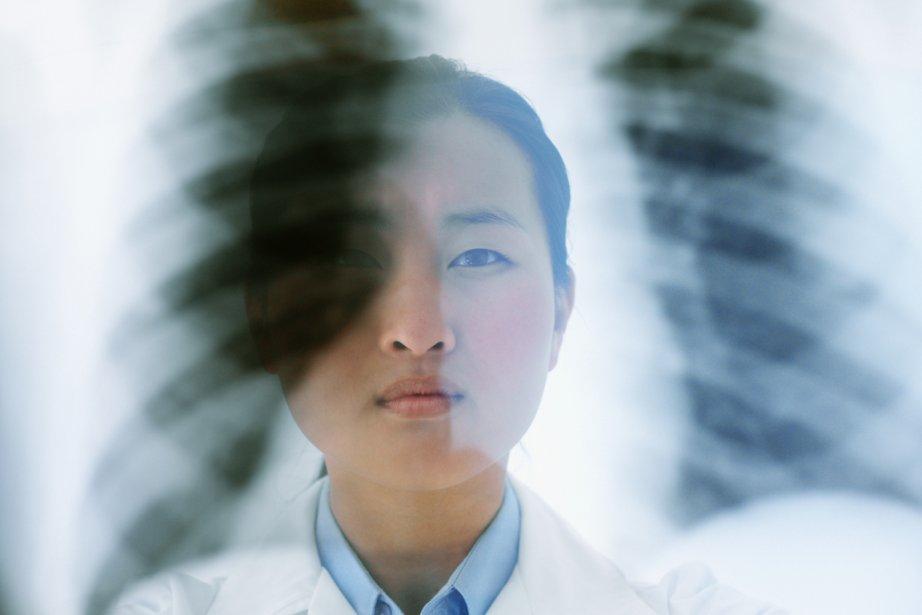 Un médecin regarde une radiographie de poumons.... (Photothèque La Presse)