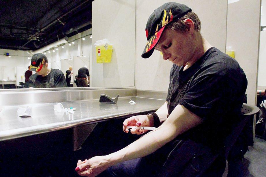 Un toxicomane s'injecte de l'héroïne au centre Insite... (La Presse Canadienne)