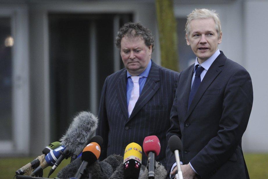 Julian Assange (à droite) et son avocat, Mark... (Photo archives AFP)