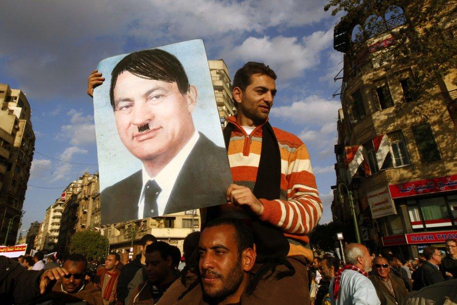 Des protestataires ont consupé l'ex-président égyptien Hosni Moubarak... (Photo: archives AFP)