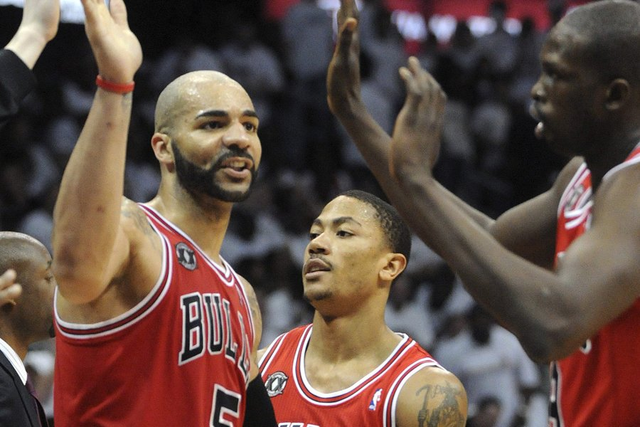 Carlos Boozer célèbre avec ses coéquipiers des Bulls... (Photo: Reuters)