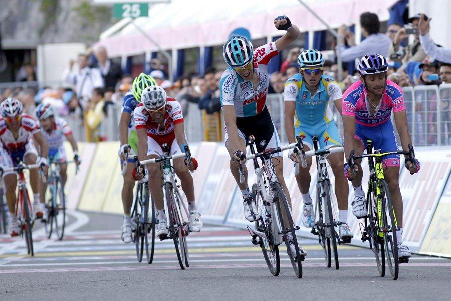 Bart de Clercq (au centre, le poing en... (Photo: AFP)