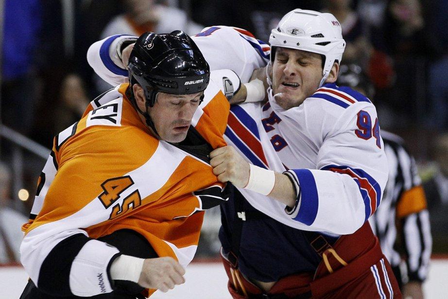 Derek Boogaard en pleine action dans un combat... (Photo: Matt Slocum, Archives AP)