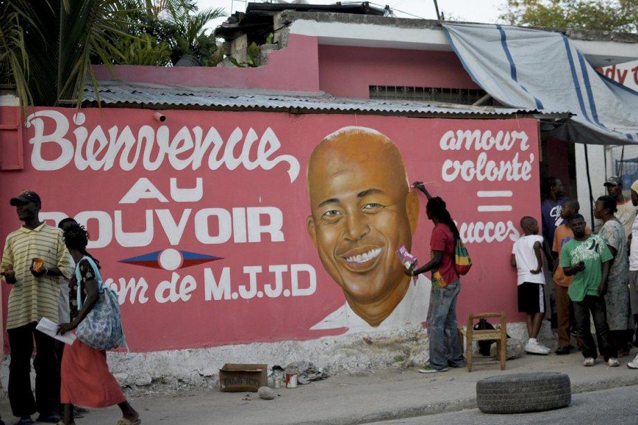 Un artiste peint un message de bienvenue au... (Photo Reuters)