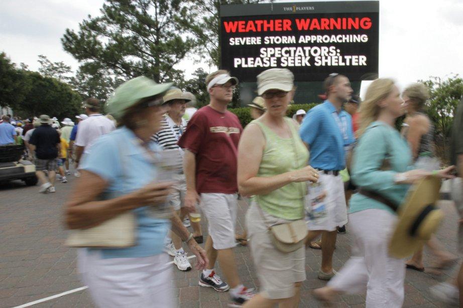 Un avertissement de tempête est affiché sur un... (Photo: Lynne Sladky, AP)