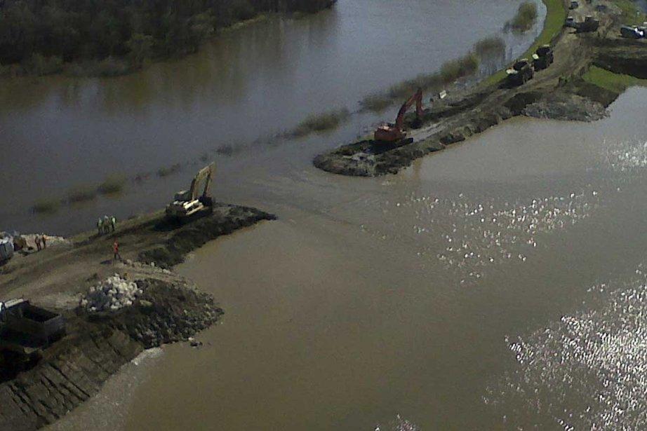 Le niveau d'eau record de la rivière Assiniboine... (Photo La Presse Canadienne)
