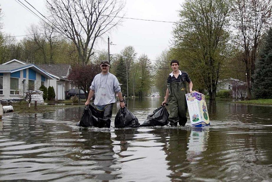 La pluie continue de tomber dans la région... (Photo Marco Campanozzi, La Presse)