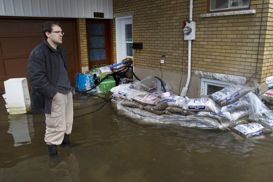 Dès les premiers jours des inondations, les égouts... (Photo: Robert Skinner, La Presse)