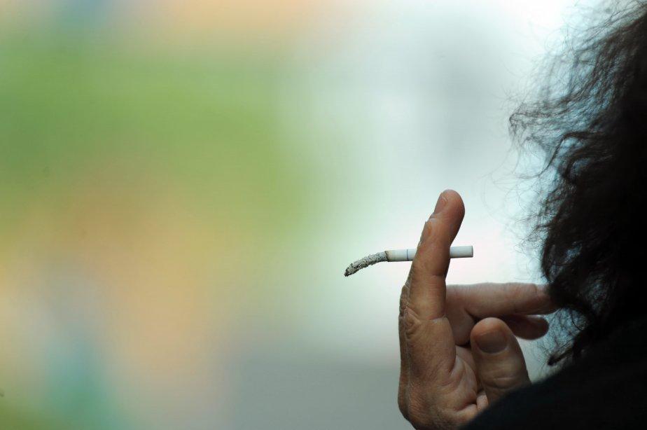 La fumée de tabac secondaire est plus toxique... (Photo AFP)