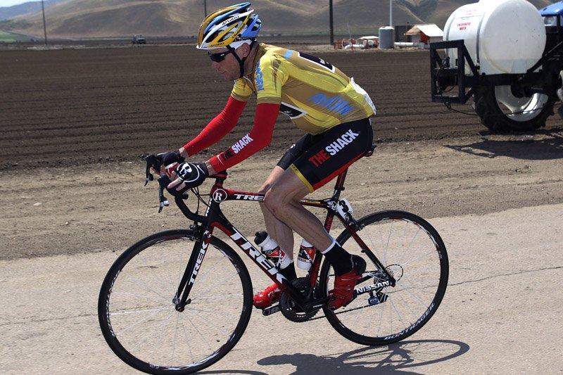 L'Américain Chris Horner portant son maillot jaune lors... (Photo Reuters)