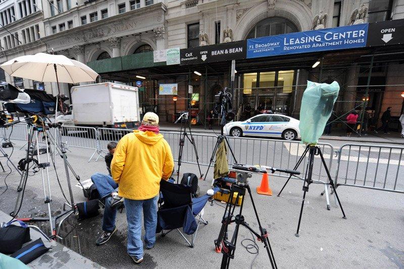 Ce dimanche, des journalistes attendent sur le trottoir... (Photo AFP)