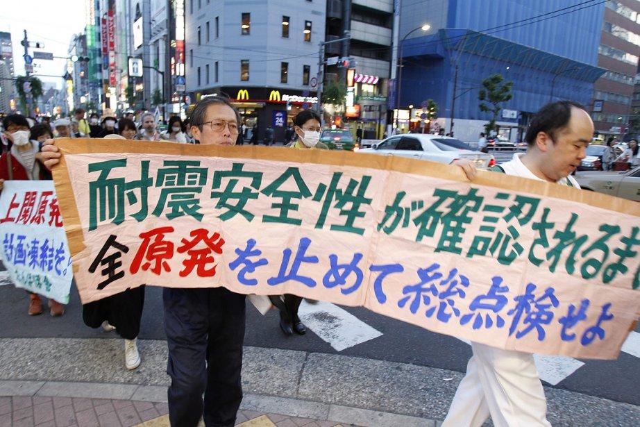 Des gens protestaient contre l'énergie nucléaire au Japon,... (Photo: AP)