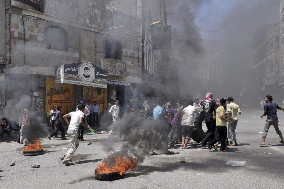 Des manifestants brûlent des pneus pour barrer cette... (Photo: AP)