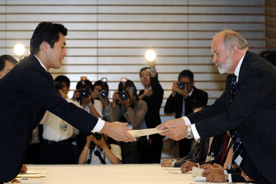 Le Britannique Mike Weightman de l'AIEA (à droite)... (Photo: Franck Robichon, Reuters)