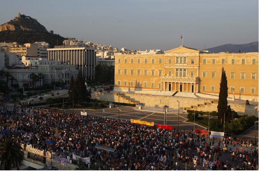 Des manifestants protestent contre les nouvelles mesures d'austérité... (Photo Reuters)