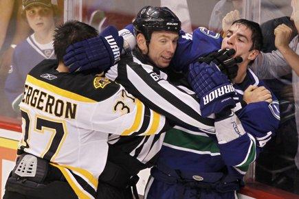 Alex Burrows a semblé mordre Patrice Bergeron lors... (Photo: Reuters)